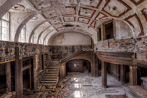 An abandoned mansion in Europe (Credit: Christian Richter)